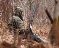 Jäger versteckt in den Sträuchen stockfoto