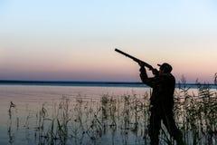 Jägerschattenbild bei Sonnenuntergang Lizenzfreies Stockbild