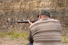 Jägerschießen von einem Gewehr lizenzfreie stockfotos