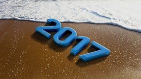 2017-jährig auf Sandy Beach mit Seeblasen Lizenzfreies Stockbild