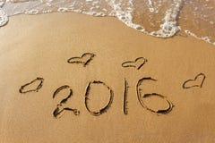 2016-jährig und Herz geschrieben auf sandigen Strand Lizenzfreies Stockbild