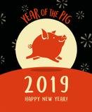 2019-jährig vom Schwein mit glücklichem Schweinfliegen hinter dem Mond stockbild