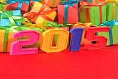 2015-jährige bunte Zahlen auf dem Hintergrund von Geschenken Stockfotos