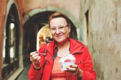 50-60 jährige Frau, die Eiscreme isst Lizenzfreies Stockfoto