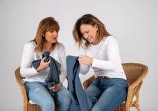 50 jährige Freunde lachen zusammen stockfotos