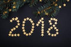 2018-jährige goldene Sterne und Tanne über Schwarzem Lizenzfreie Stockfotografie
