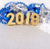 2018-jährige goldene Zahlen auf dem Hintergrund von Weihnachten-decorati Stockfotos