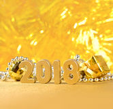 2018-jährige goldene Zahlen auf einem bokeh Hintergrund Stockbilder
