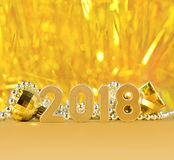 2018-jährige goldene Zahlen auf einem bokeh Hintergrund Lizenzfreie Stockfotos