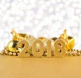 2018-jährige goldene Zahlen auf einem bokeh Hintergrund Stockfotos