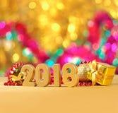 2018-jährige goldene Zahlen auf einem bokeh Hintergrund Lizenzfreies Stockfoto