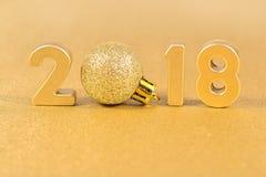 2018-jährige goldene Zahlen auf einem Goldenen Lizenzfreie Stockfotografie