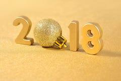 2018-jährige goldene Zahlen auf einem Goldenen Stockfotos