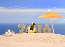 2016-jährige goldene Zahlen auf einem Strandsand Stockfoto