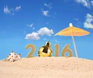 2016-jährige goldene Zahlen auf einem Strandsand Stockfotos