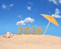 2016-jährige goldene Zahlen auf einem Strandsand Lizenzfreie Stockfotografie