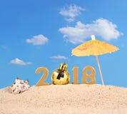 2018-jährige goldene Zahlen mit Muschel auf einem Strand Lizenzfreie Stockfotografie