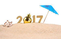 2017-jährige goldene Zahlen mit Muschel auf einem Weiß Lizenzfreies Stockfoto