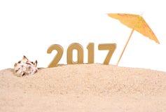 2017-jährige goldene Zahlen mit Muschel auf einem Weiß Stockfotografie