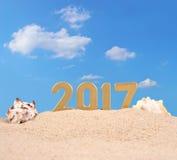 2017-jährige goldene Zahlen mit Muscheln Lizenzfreies Stockfoto