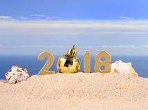 2018-jährige goldene Zahlen mit Muscheln auf einem Strand Lizenzfreies Stockfoto