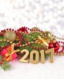 2017-jährige goldene Zahlen und Fichtenzweig und Weihnachten-decorat Lizenzfreie Stockfotos