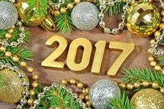 2017-jährige goldene Zahlen und Fichtenzweig und Weihnachten-decorat Stockbild