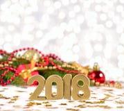 2018-jährige goldene Zahlen und Fichtenzweig und Weihnachten-decorat Stockbilder