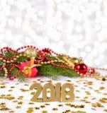 2018-jährige goldene Zahlen und Fichtenzweig und Weihnachten-decorat Stockfotos