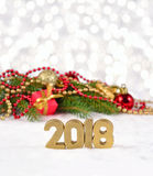 2018-jährige goldene Zahlen und Fichtenzweig und Weihnachten-decorat Stockfotografie