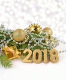 2018-jährige goldene Zahlen und Fichtenzweig und Weihnachten-decorat Lizenzfreie Stockfotografie