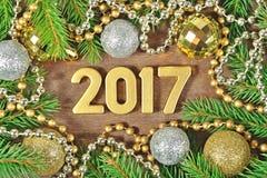 2017-jährige goldene Zahlen und Fichtenzweig und Weihnachtsdekoration Stockbilder