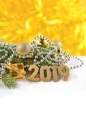 2019-jährige goldene Zahlen und Fichtenzweig und Weihnachten-decorat Lizenzfreies Stockfoto
