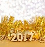 2017-jährige goldene Zahlen und goldene Weihnachtsdekorationen Lizenzfreies Stockfoto