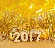 2017-jährige goldene Zahlen und goldene Weihnachtsdekorationen Stockfotos
