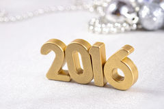 2016-jährige goldene Zahlen und silbrige Weihnachtsdekorationen Lizenzfreie Stockbilder
