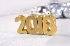 2018-jährige goldene Zahlen und silbrige Weihnachtsdekorationen Stockfotos