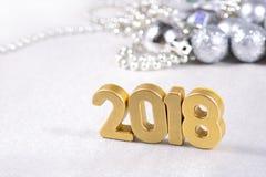 2018-jährige goldene Zahlen und silbrige Weihnachtsdekorationen Stockfoto