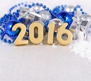 2016-jährige goldene Zahlen und silbriges und blaues Weihnachten-decorati Stockbilder