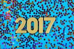 2017-jährige goldene Zahlen und varicolored Konfettis Lizenzfreie Stockbilder