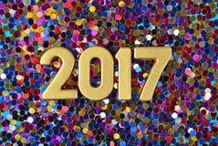 2017-jährige goldene Zahlen und varicolored Konfettis Stockfoto