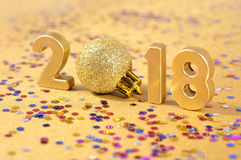 2018-jährige goldene Zahlen und varicolored Konfettis Lizenzfreies Stockfoto