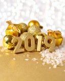 2019-jährige goldene Zahlen und goldene Weihnachtsdekorationen Lizenzfreies Stockbild