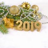 2019-jährige goldene Zahlen und Weihnachtsdekorationen Stockfotos