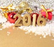 2016-jährige goldene Zahlen und Weihnachtsdekorationen Lizenzfreies Stockfoto