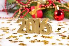 2016-jährige goldene Zahlen und Weihnachtsdekorationen Lizenzfreies Stockbild