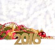 2016-jährige goldene Zahlen und Weihnachtsdekorationen Stockbilder