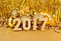2017-jährige goldene Zahlen und Weihnachtsdekorationen Stockbild