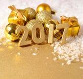 2017-jährige goldene Zahlen und Weihnachtsdekorationen Stockfotografie