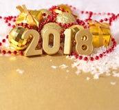 2018-jährige goldene Zahlen und Weihnachtsdekorationen Lizenzfreie Stockbilder